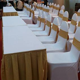 Cho thuê bàn ghé banquet bọc nơ